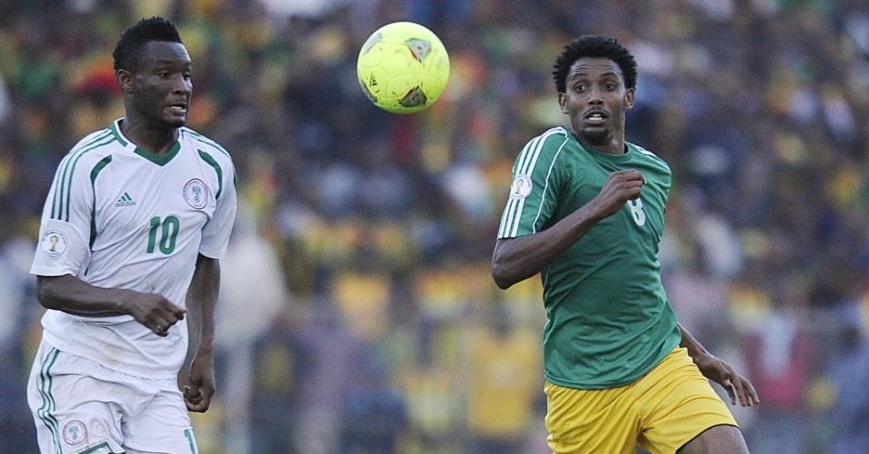 13.out.2013 - John Obi Mikel (e), da Nigéria, disputa jogada com Asrat Megersa, da Etiópia, em jogo pelas eliminatórias da Copa-14; nigerianos venceram por 2 a 1