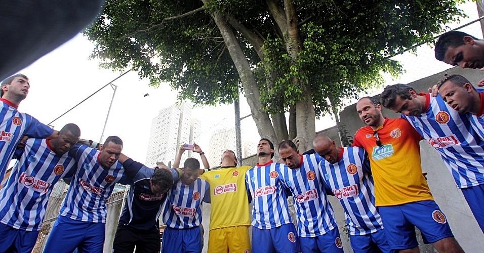 Jogadores do Metalúrgico, de Heliópolis, fazem oração antes de jogo contra Santa Cruz, pela semifinal da Série B da Copa Kaiser