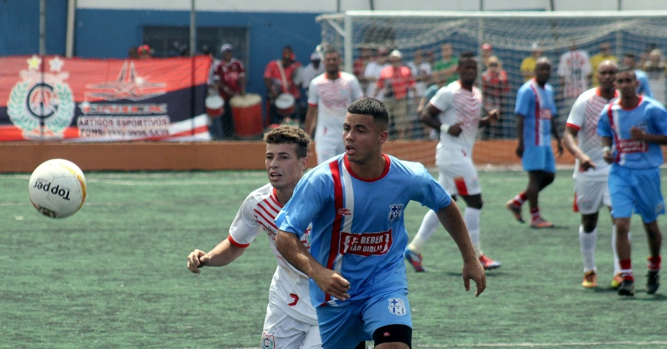 Jogadores do Primos (azul) e Classe A (branco) disputam bola