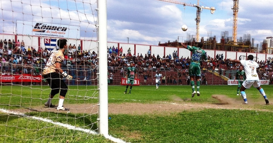 Leões da Geolândia precisou dos pênaltis para vencer o Danúbio (branco) na semifinal da Copa Kaiser