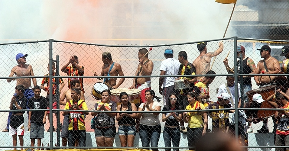Torcida do Santa Cruz acompanha jogo contra Metalúrgico, disputado em Santo Amaro