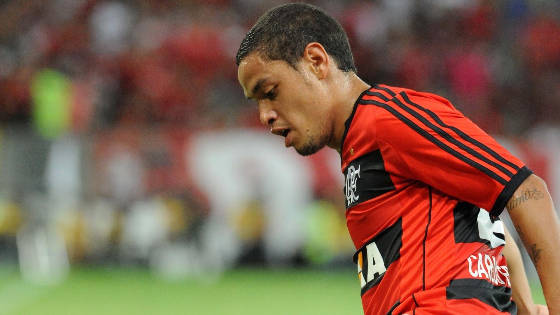 13.10.2013 Carlos Eduardo domina a bola durante partida do Flamengo contra o Botafogo, no Maracanã
