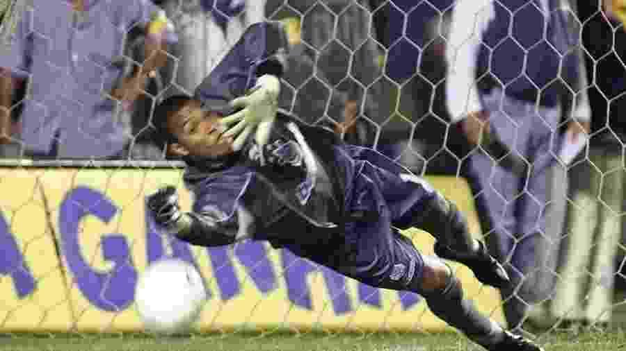 Dida, goleiro do Corinthians, se estica para defender pênalti cobrado por Raí em 1999 - Jorge Araújo/Folhapress