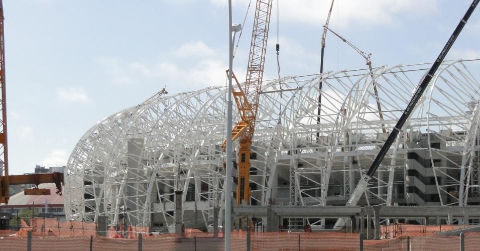 Visão externa da instalação da cobertura do estádio Beira-Rio que está sendo reformado para a Copa do Mundo (14/10/2013)