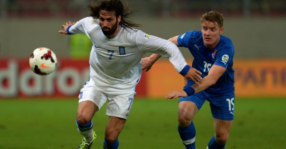 11.out.2013 - Giorgos Samaras (e), da Grécia, disputa jogada com o eslovaco Tomas Hubocan em partida pelas eliminatórias da Copa-2014; gregos ganharam por 1 a 0