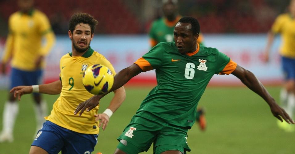 15.out.2013 - Alexandre Pato tenta alcançar a bola contra a marcação de jogador da Zâmbia