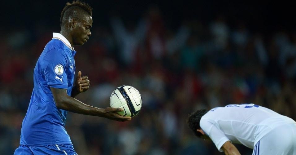 15.out.2013 - Balotelli comemora depois de marcar para a Itália contra a Armênia pelas eliminatórias da Copa-14; partida terminou empatada por 2 a 2