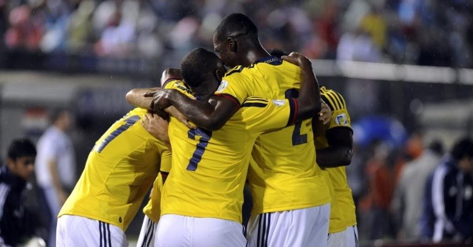 15.out.2013 - Jogadores da Colômbia comemoram o gol marcado por Mario Yepes na partida contra o Paraguai pelas eliminatórias da Copa-2014; colombianos venceram por 2 a 1
