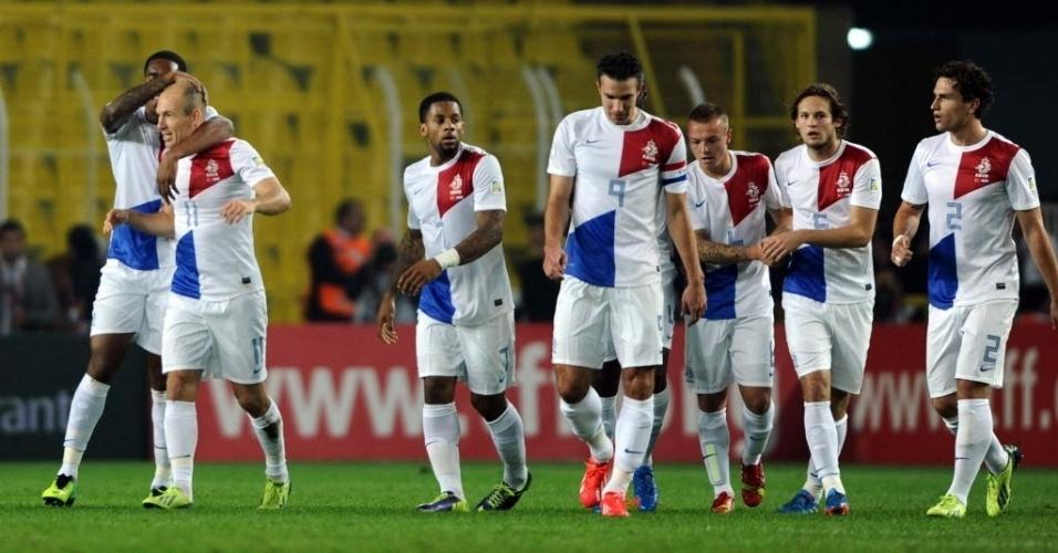 15.out.2013 - Jogadores da Holanda comemoram gol de Robben na partida contra a Turquia pelas eliminatórias da Copa-14