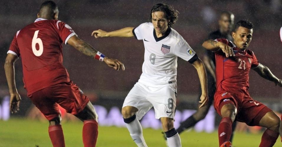 15.out.2013 - Mix Diskerud, dos EUA, controla a bola diante da marcação do Panamá em partida das Eliminatórias para a Copa do Mundo; norte-americanos venceram por 3 a 2