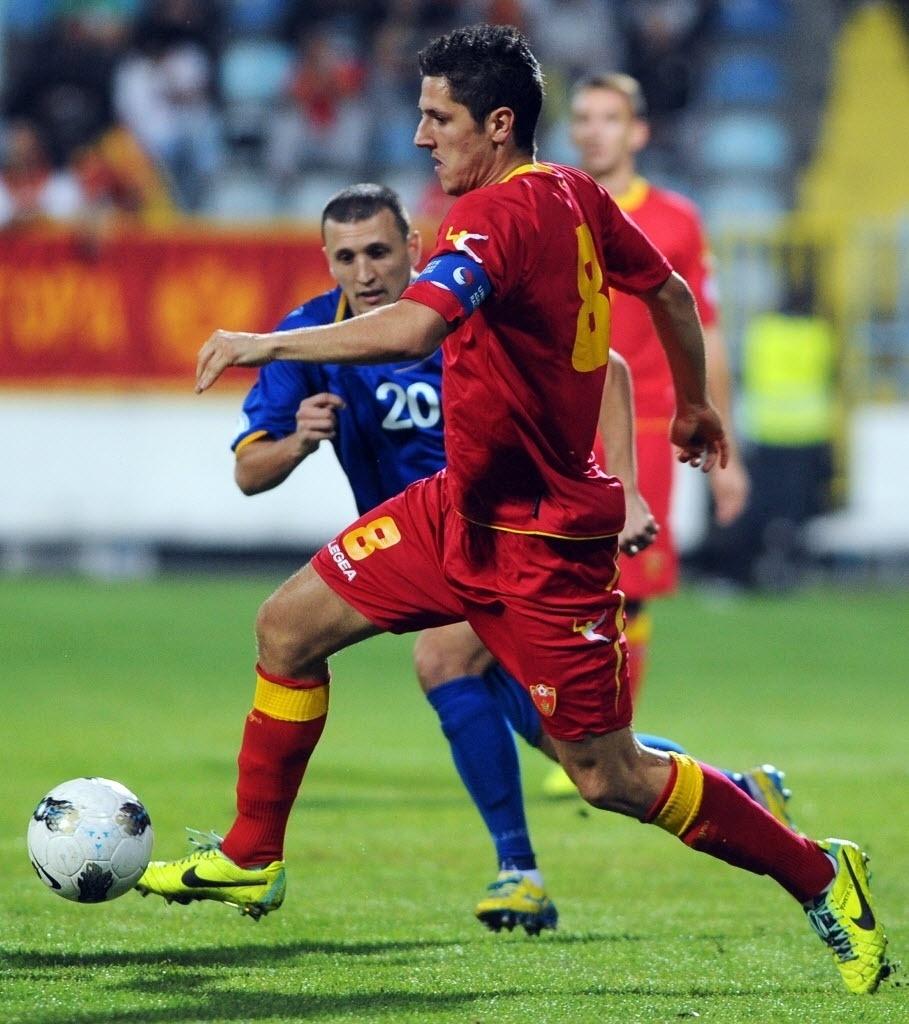 15.out.2013 - Stevan Jovetic (dir.) controla a bola durante partida entre Montenegro e Moldova, pelas Eliminatórias Europeias