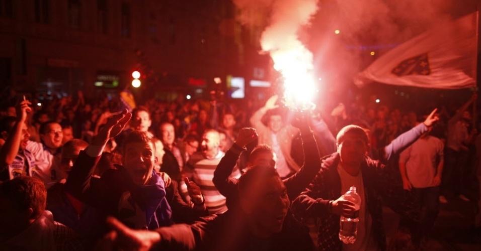 15.out.2013 - Torcedores vão às ruas de Sarajevo, capital da Bósnia, para comemorar a classificação do país para a Copa do Mundo-2014