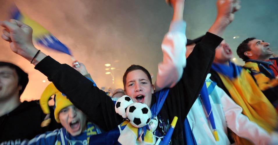 16.out.2013 - Torcedores da Bósnia-Herzegóvina comemoram a vaga inédita conquistada pelo país na Copa do Mundo de 2014