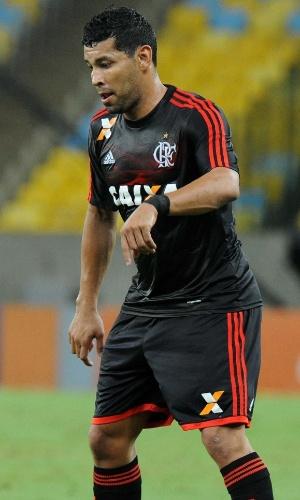 16.out.2013 - André Santos, lateral do Flamengo, encara a marcação do Bahia durante jogo pelo Brasileiro