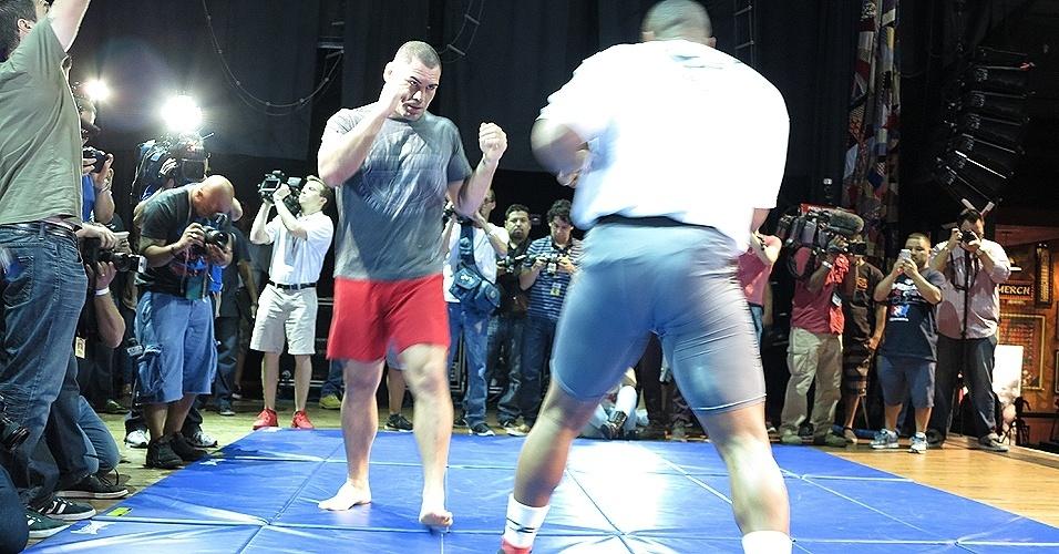 16.out.2013 - Cain Velásquez e Daniel Cormier participam de treino aberto do UFC 166. Evento acontece em Houston, no dia 19 de outubro