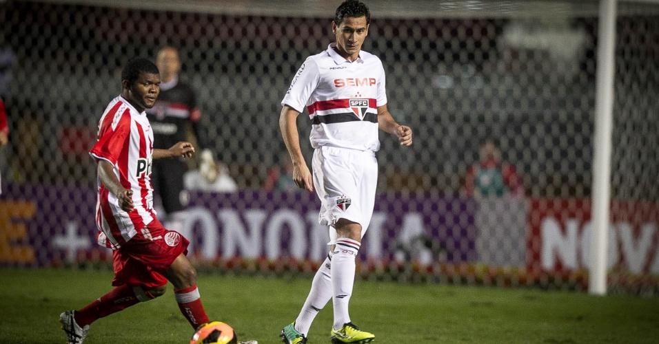 16.out.2013 - Paulo Henrique Ganso dá passe com estilo durante jogo do São Paulo contra o Náutico pelo Brasileirão