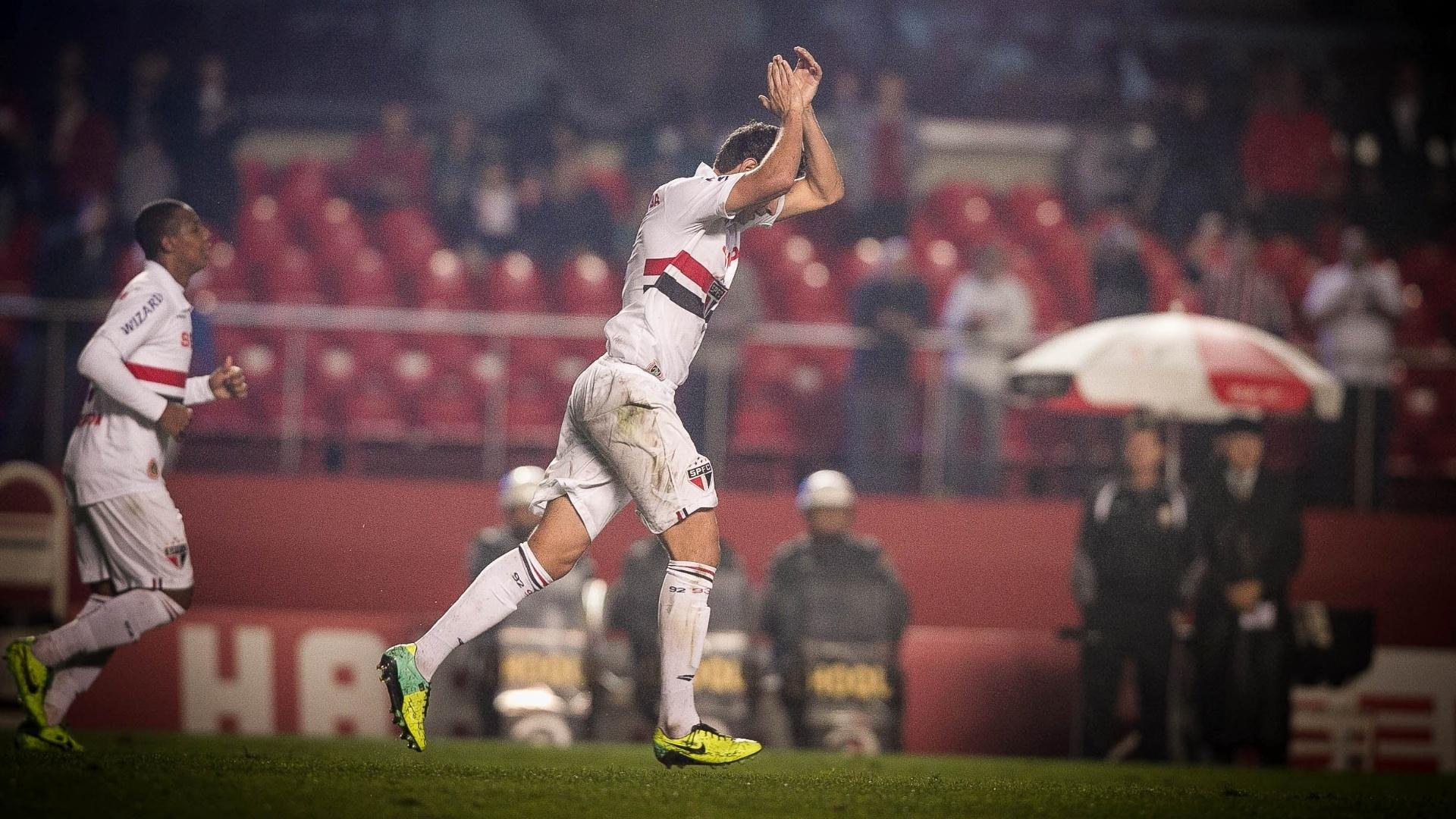 16.out.2013 - Paulo Henrique Ganso, do São Paulo, aplaude a torcida após anotar gol sobre o Náutico pelo Brasileiro