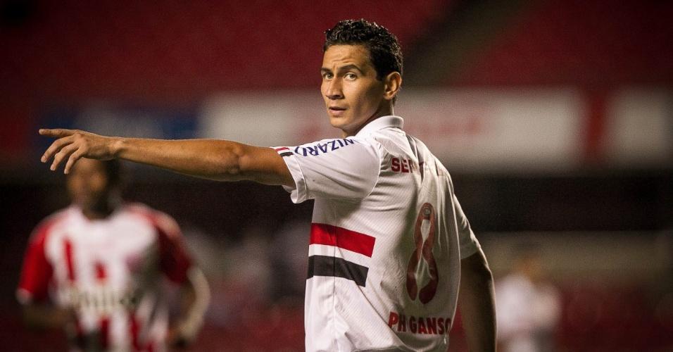 16.out.2013 - Paulo Henrique Ganso orienta companheiros de São Paulo durante jogo contra o Náutico pelo Brasileirão