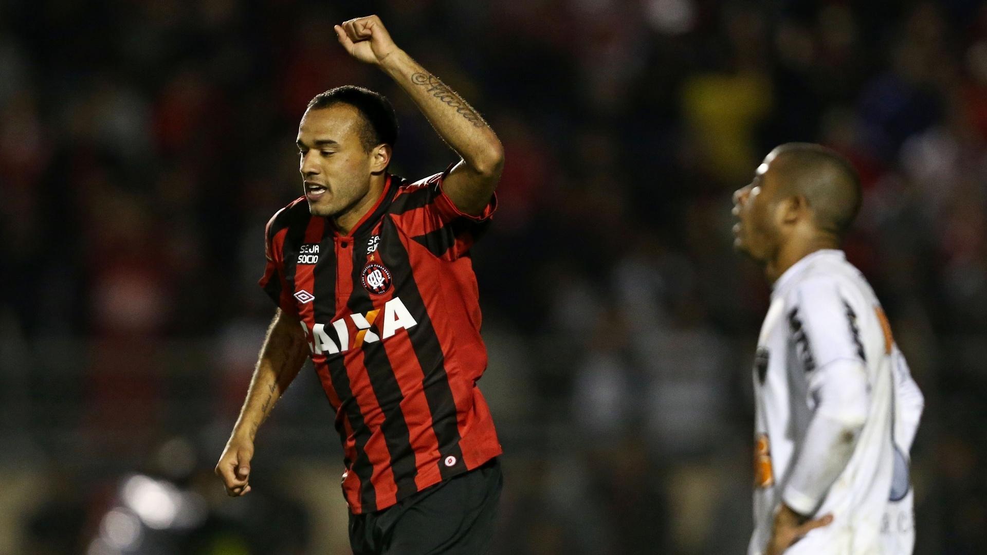 16.out.2013 - Roger, atacante do Atlético-PR, comemora gol da vitória sobre o Atlético-MG pelo Brasileiro