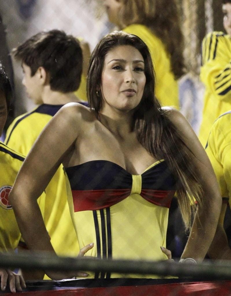 16.out.2013 - Torcedora colombiana acompanha a partida contra o Paraguai pelas eliminatórias