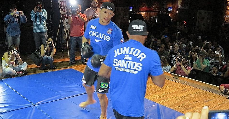 Junior Cigano participa de treino aberto do UFC 166 em Houston (EUA)