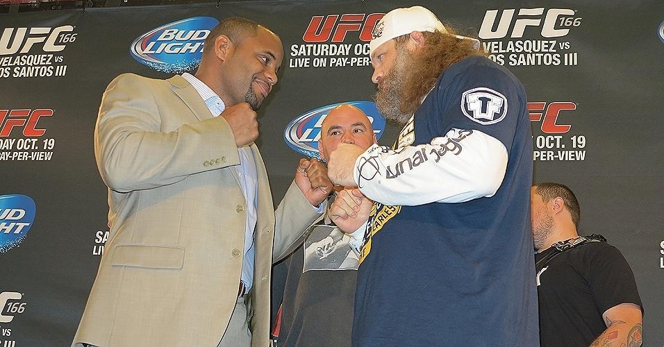 17.out.2013 - Daniel Cormier e Roy Nelson posam para foto em evento à imprensa do UFC 166