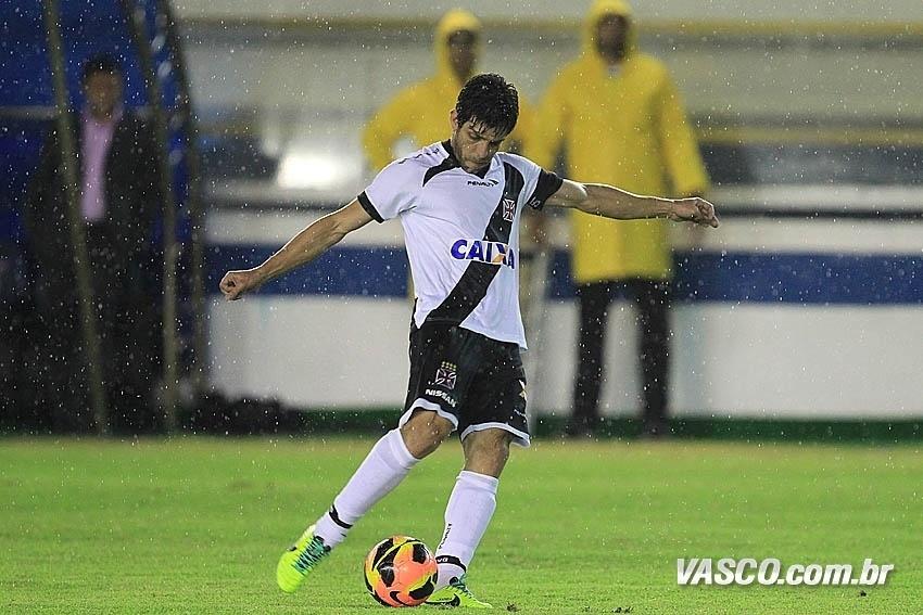 17.out.2013 - Juninho Pernambucano se prepara para chutar durante jogo contra o Goiás pelo Brasileirão