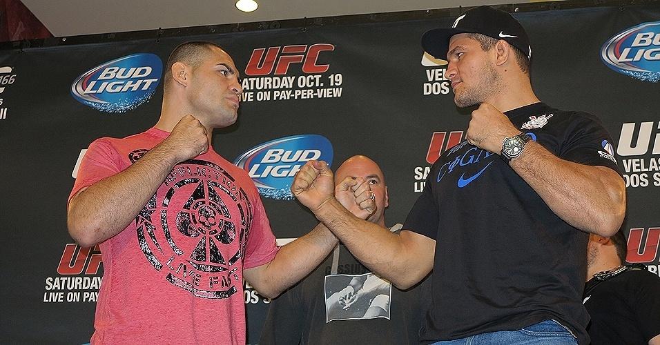 17.out.2013 - Protagonistas do UFC 166, Cain Velasquez (esq.) e Junior Cigano posam para foto em evento à imprensa