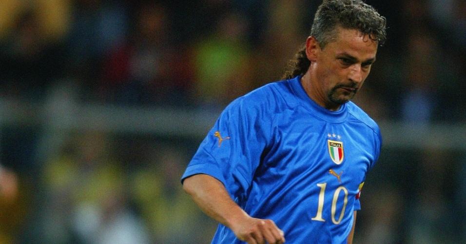 28.abr.2004 - Roberto Baggio, da Itália, conduz a bola durante amistoso contra a Espanha