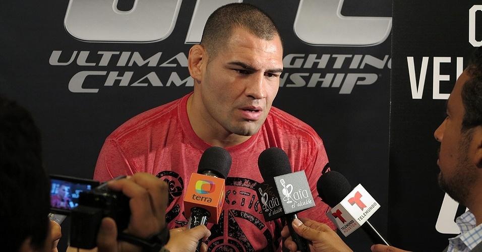 17.out.2013 - Cain Velasquez concede entrevista coletiva antes de enfrentar o brasileiro Junior Cigano no UFC 166
