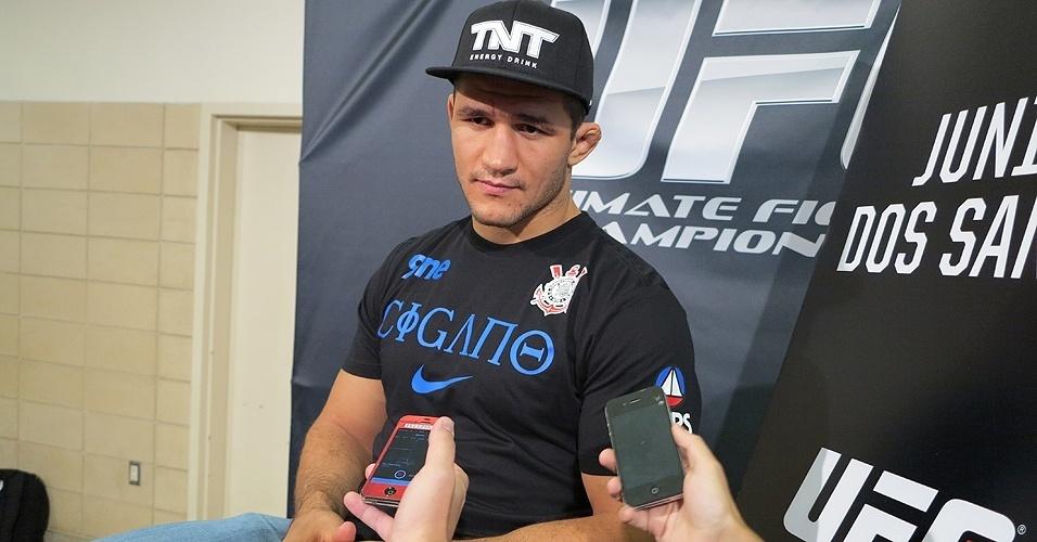 17.out.2013 - Cigano conversa com a imprensa sobre a luta com Cain Velasquez no UFC 166