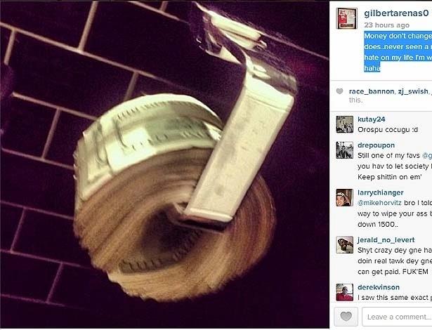 Gilbert Arenas posta foto de dólares no lugar do papel higiênico