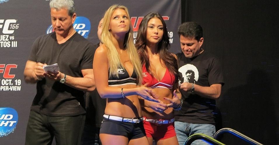 18.10.2013 - Ring girls durante a pesagem do UFC 166