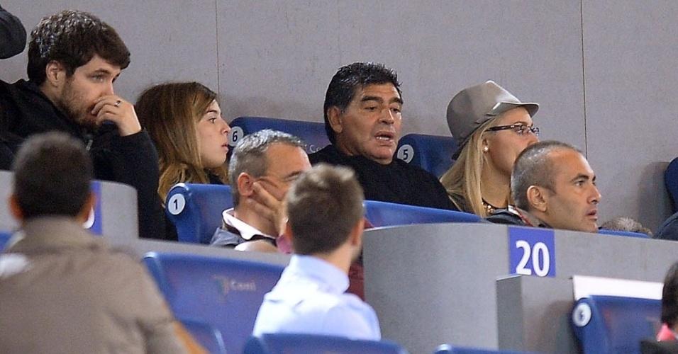 18.out.2013 - Convidado especial, Diego Maradona assiste ao jogo entre Napoli e Roma, pelo Campeonato Italiano