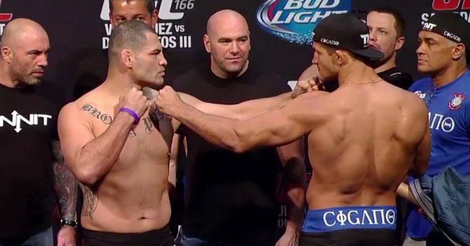Cigano e Velasquez se encaram após pesagem para o UFC 166
