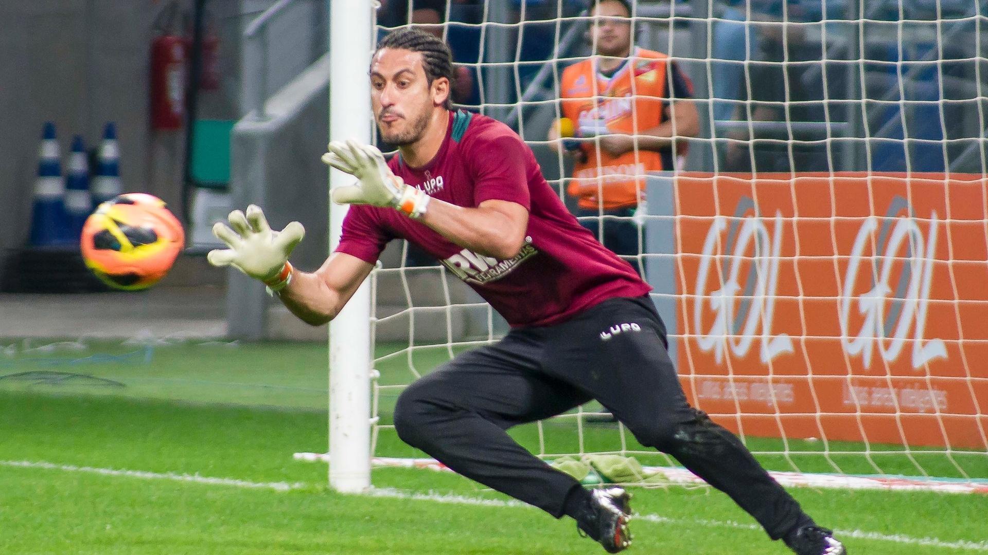 Goleiro Lauro faz uma defesa antes de uma partida da Portuguesa