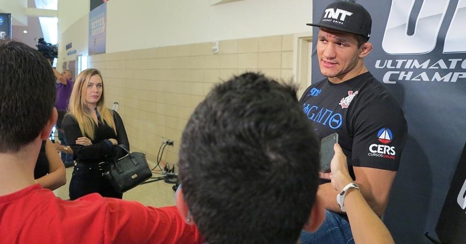 Isadora Santos, namorada de Junior Cigano, observa o peso pesado durante eventod o UFC 166