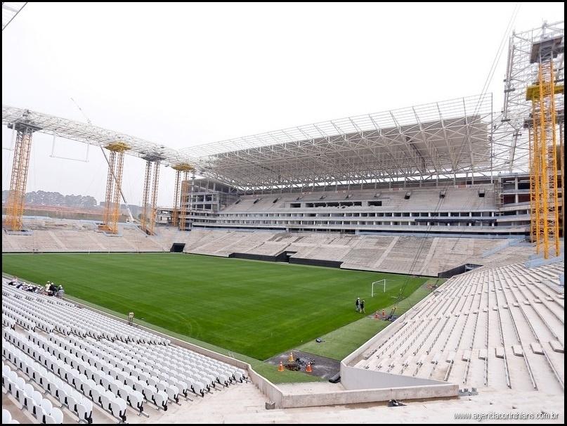 18.out.2013 - O Corinthians divulgou na tarde desta sexta-feira (18/10) que a cobertura da arquibancada norte do Itaquerão já foi concluída e que o estádio já está perto de chegar a 92% de conclusão. Nesta semana, o clube também afirmou que a instalação das arquibancadas temporárias será realizada no final de semana (dias 19 e 20 de outubro). A previsão é que o estádio fique pronto em dezembro de 2013.