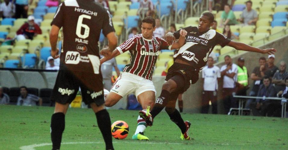 19.out.2013 - Jean finaliza ao gol durante o empate entre Fluminense e Ponte Preta, pela 30ª rodada do Brasileirão
