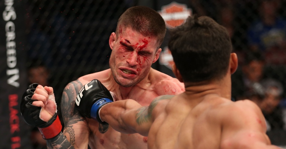 Andre Fili acerta soco em Jeremy Larsen durante luta no UFC 166