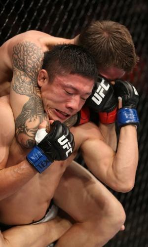 Dustin Pague tenta o estrangulamento em Kyoji Horiguchi durante o UFC 166
