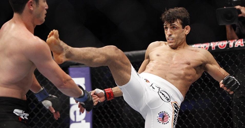 George Sotiropoulos acerta chute em K.J. Noons durante o UFC 166