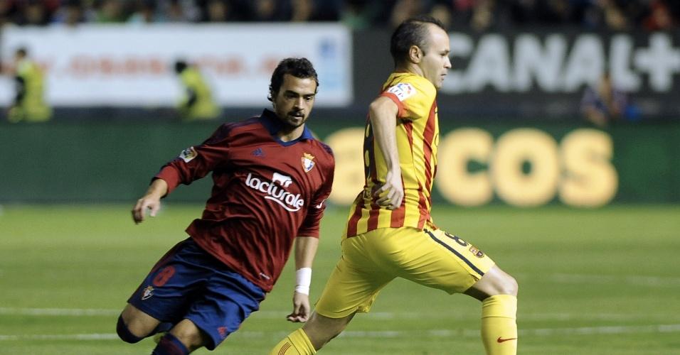 Iniesta tenta criar jogada na partida do Barcelona contra o Osasuna