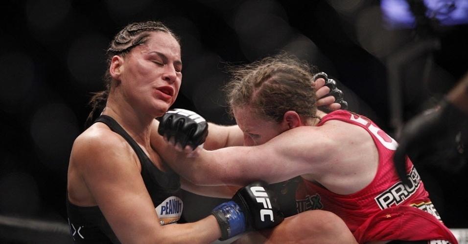 Jessica Eye é atingida no rosto com soco de Sarah Kaufman no UFC 166