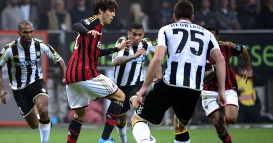 Kaká disputa jogada depois de entrar no segundo tempo contra a Udinese pelo Campeonato Italiano