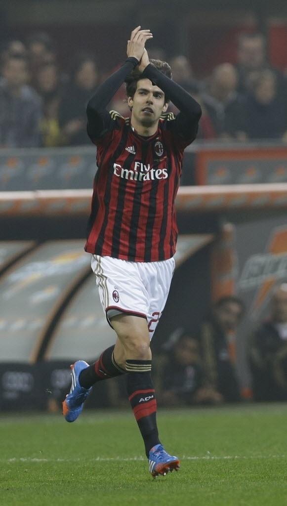 Kaká é aplaudido ao entrar em campo contra a Udinese em jogo válido pelo Campeonato Italiano
