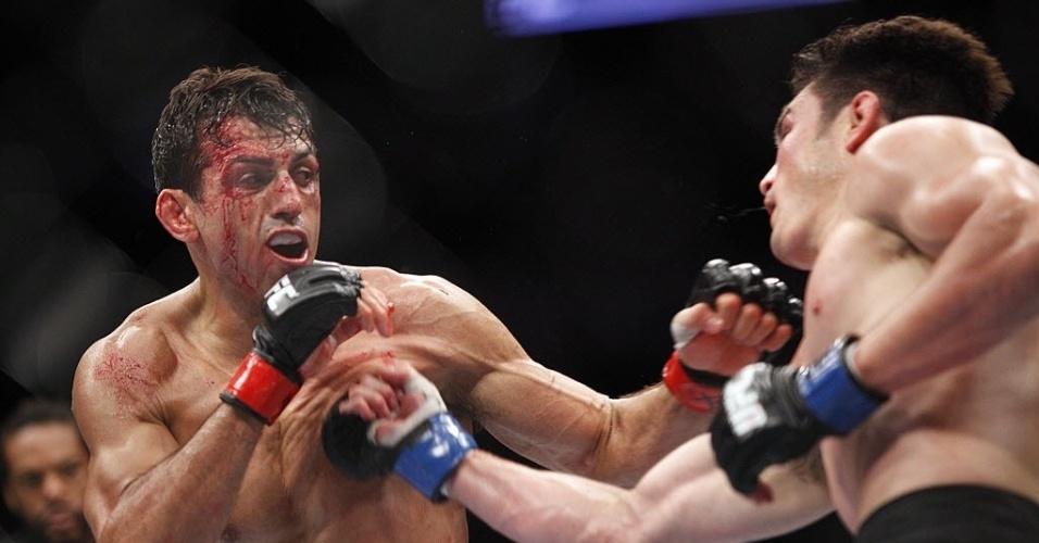 K.J. Noons acerca soco no peito de George Sotiropoulos durante UFC 166