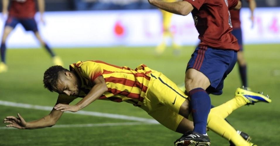Neymar é derrubado em partida contra o Osasuna