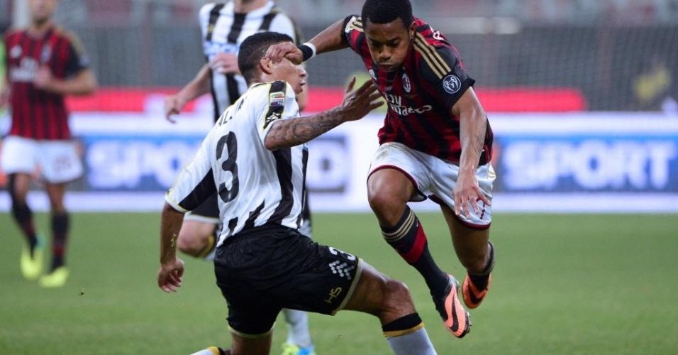 Robinho cai ao disputar lance com o brasileiro Allan Marques da Udinese pelo Campeonato Italiano
