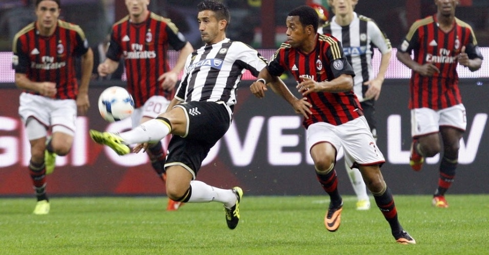 Robinho disputa lance em jogo do Milan contra a Udinese pelo Campeonato Italiano